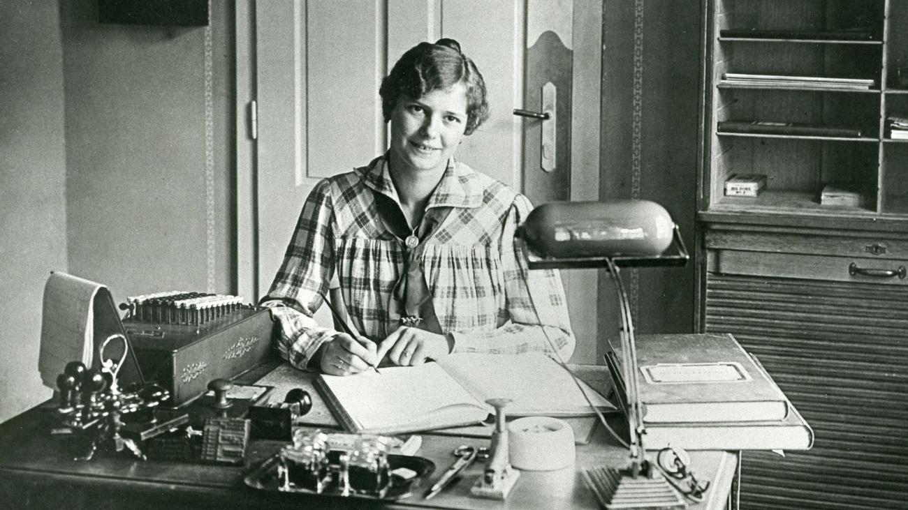 Eine Büroangestellte sitzt an ihrem Schreibtisch. © ÖGB