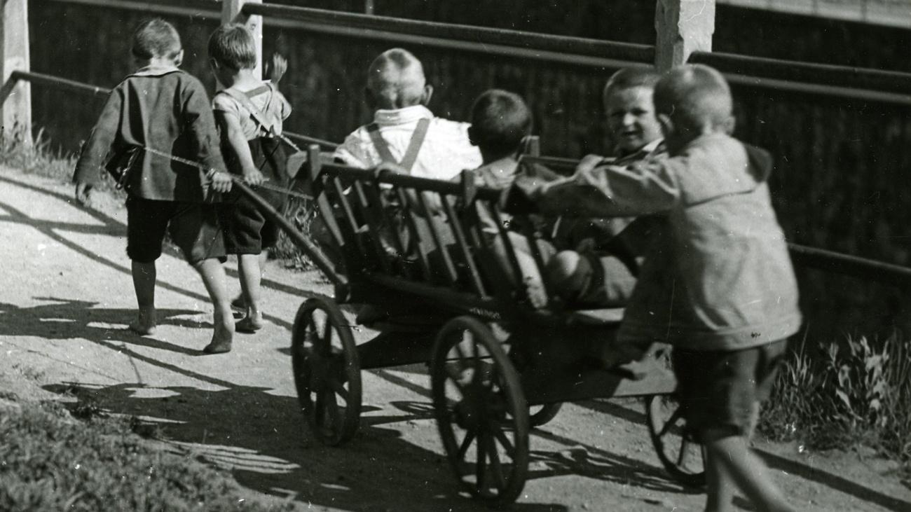 Kinder spielen im Freien. © Zvacek, ÖGB