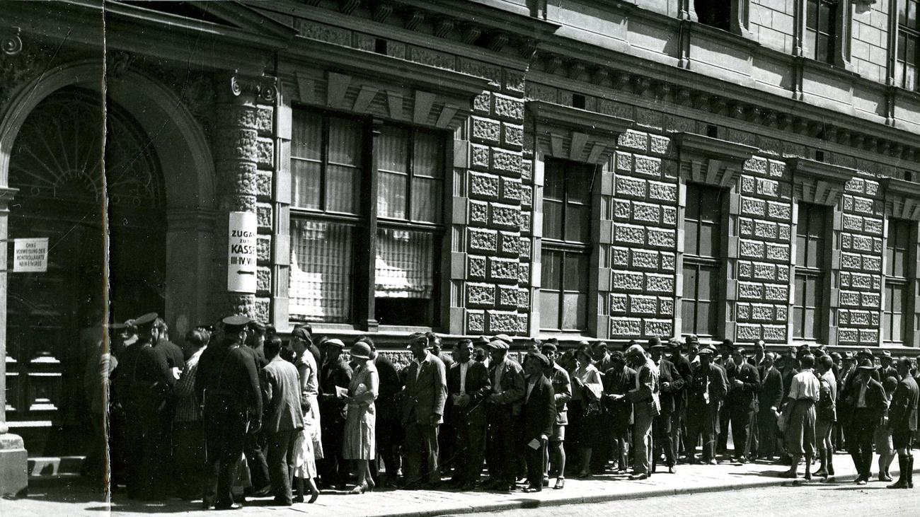 Arbeitslose vor dem Arbeitsamt auf der Thaliastraße © Zvacek, ÖGB