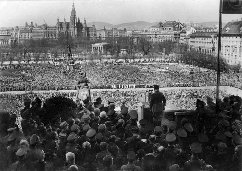 Am Heldenplatz jubelt eine riesige Menschenmasse über den Anschluss. © unbekannt